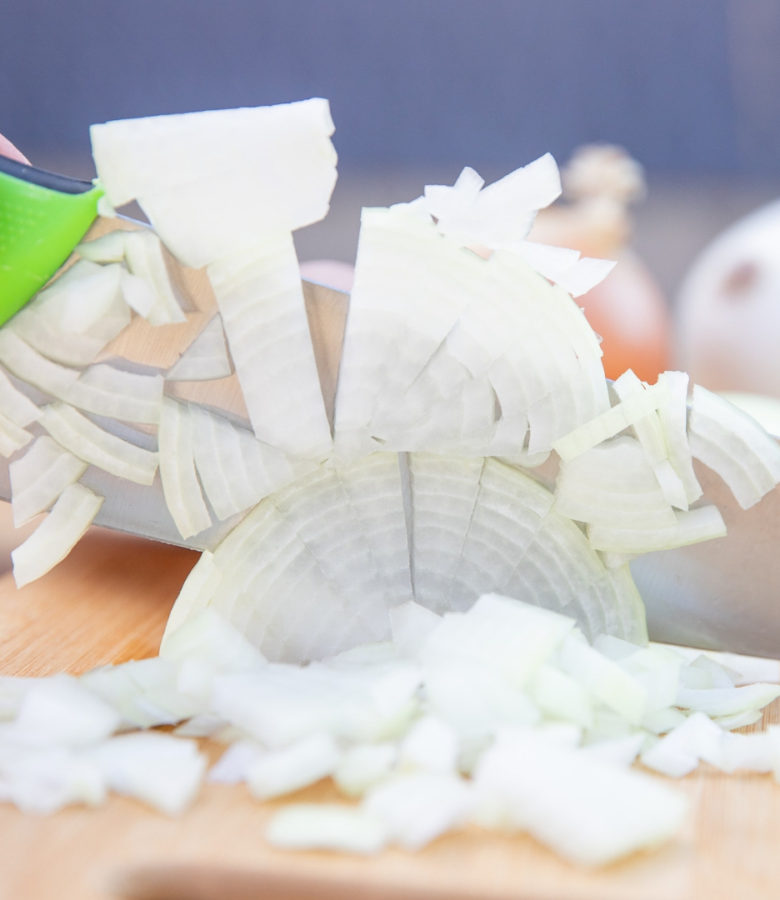 If you have very little time to spare and want to cook healthy, homemade meals, it's imperative to prep ingredients quickly! Find out now how to chop onions faster!